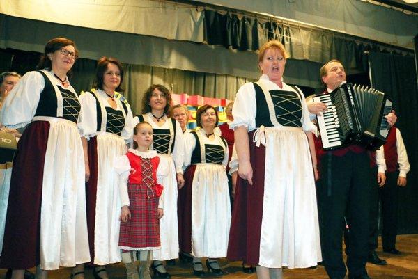 Neutrataler, spevácka skupina z Kľačna, počas vystúpenia.
