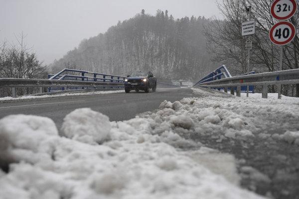 Sneh na moste ponad Ružín.