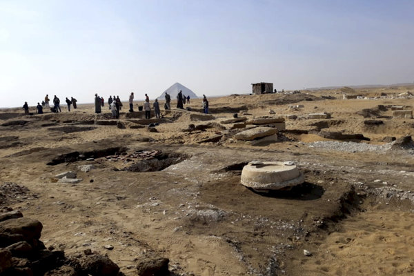 Archeológovia stoja na mieste objavu múmie, ktorú našli v oblasti pyramídy kráľa Amenemheta II. na kráľovskom pohrebisku Dášúr.