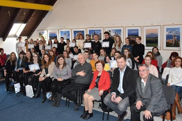 Spoločná snímka aj s ocenenými študentami.