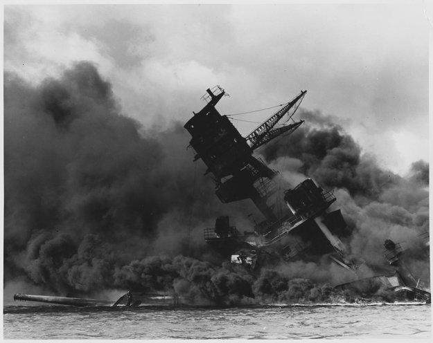 Bojová loď USS Arizona v plameňoch