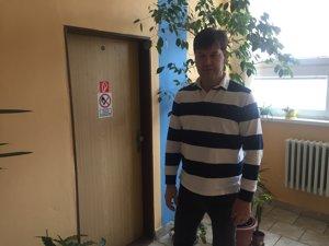 Prednosta Maroš Handzo pred miestnosťou, kde bol server uložený.