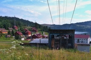 Schátraná nástupná stanica sedačkovej lanovky z Dediniek na planinu Geravy.