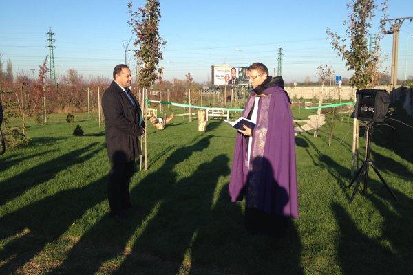 Prírodný cintorín požehnal novozámocký kaplán Július Andruskó.