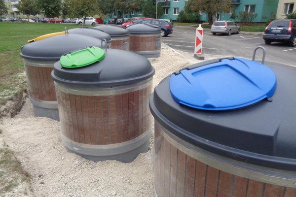 Kontajnery sčiernym poklopom budú slúžiť na zber komunálneho odpadu, ostatné na separáty