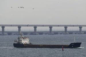 Loď pláva cez Kerčský prieliv.