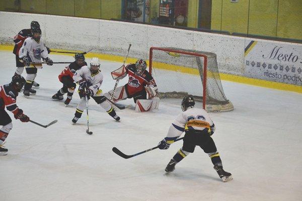 Púchovskí žiaci (v bielom) vyhrali štyri a považskobystrickí (v červenom) tri prvoligové zápasy.