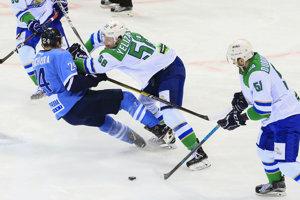 Na snímke zľava Kyle Chipchura (Slovan), Anatolij Jelizarov a Jegor Dubrovskij (obaja Ufa) v zápase KHL HC Slovan Bratislava - Salavat Julajev Ufa v Bratislave 5. decembra 2018.