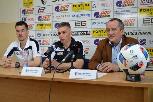 Kapitán Štefan Pekár, Norbert Hrnčár a Pavel Halabrín na tlačovej konferencii pred začiatkom jarnej časti Fortuna ligy.
