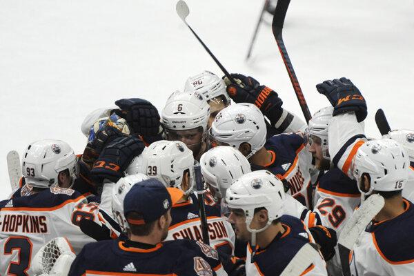 Víťazná radosť hokejistov Edmontonu.