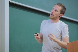 Juraj Tekel často popularizuje fyziku medzi stredoškolákmi.
