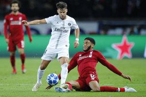Joe Gomez v červenom drese Liverpoolu v súboji s Juanom Bernatom z Príža St.Germaain v zápase Ligy majstrov.
