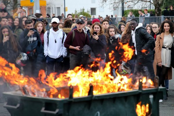 Desiatky demonštrantov mali na tvárach masky, hádzali zápalné fľaše a zapaľovali odpadkové koše.