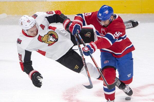 Slovenský hokejista v drese Montrealu Canadiens Tomáš Tatar (vpravo) a hráč Ottawy Senators Mark Stone (vľavo).