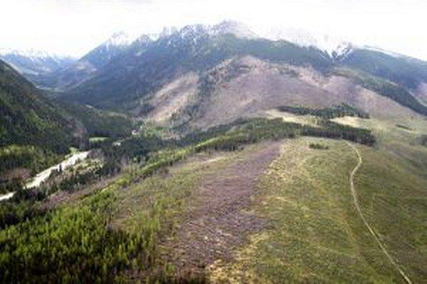 Urbárnici chodníky čistia, ale doliny pre turistov otvoria až keď vyťažia kalamitné drevo.