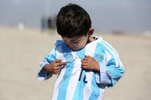 Malý Murtaza dostal od Messiho podpísaný dres.Na úteku pred Talibanom si ho však nemohol vziať so sebou.