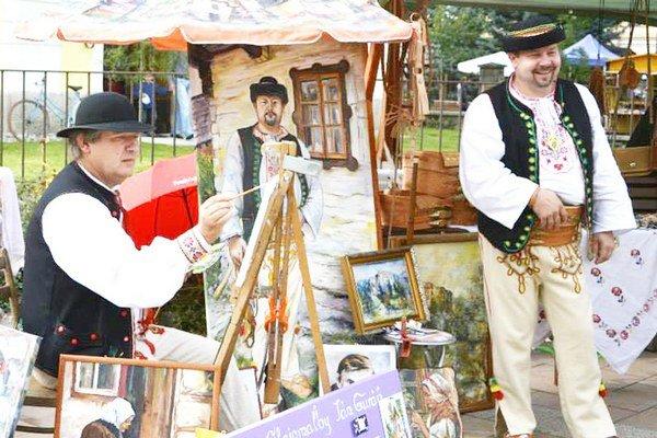 Ján Kúkol (na fotografii vpravo), miestny brašnár so svojou partiou prezentovali šikovnosť a fantáziu a oživili aj staré remeslá.  Namaľoval ho Ján Guráň (vľavo).