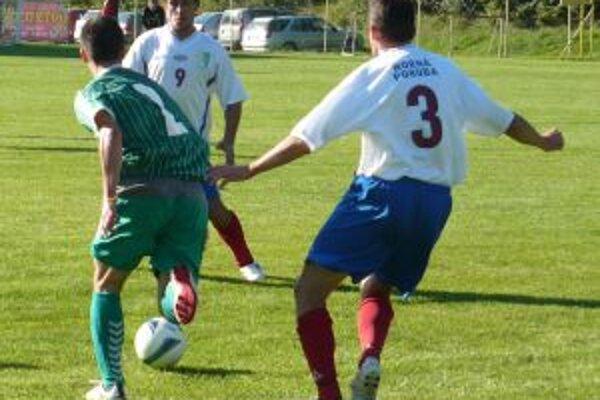 Hráči H. Poruby R. Puček (v bielom 9) a P. Živčic (3) sa v posledných zápasoch postarali o víťazné góly Hornej Poruby.