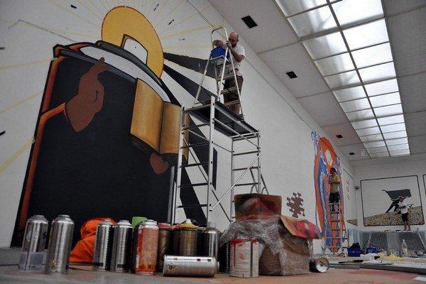 Liptovská galéria P. M. Bohúňa. Na snímke umelci tvoria street art a graffiti.