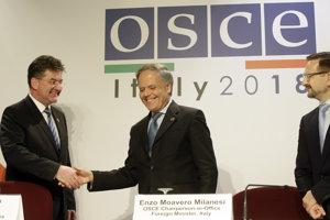 Taliansky minister zahraničných vecí a doterajší predsedajúci OBSE Enzo Moavero Milanesi (vpravo) si podáva ruku so svojím slovenským rezortným partnerom Miroslavom Lajčákom.
