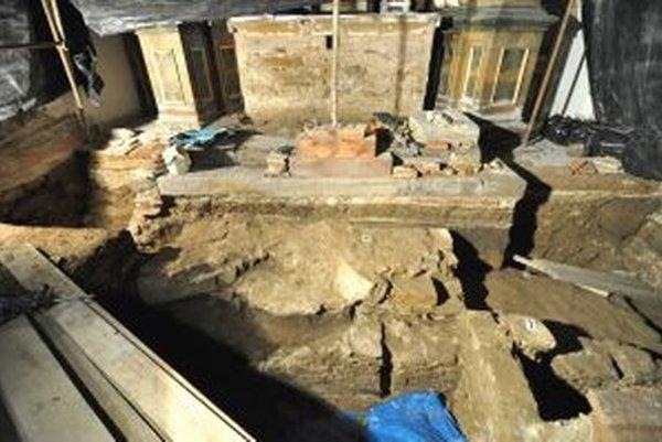 Kostol v Okoličnom pri odkrytí podlahy vydal svoje tajomstvá.
