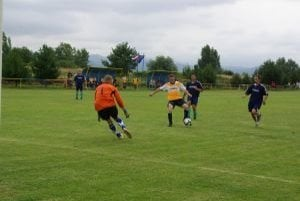 Domáci Bolešov (v žltom)dal Kameničanom iba gól a do finále nepostúpil.