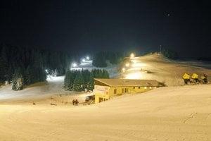 Päťhodinový lístok na celovečerné lyžovanie stojí teraz len 10 eur.