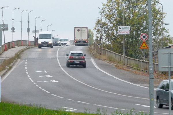 Od štvrtka 13. decembra je z levického nadjazdu vylúčená nákladná doprava na 3,5 tony.