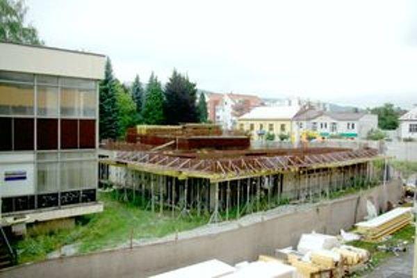 Nové kultúrne centrum je nedostavané, na dokončení nepokračujú. Starý kultúrny dom, ktorý stojí hneď vedľa, je prázdny.