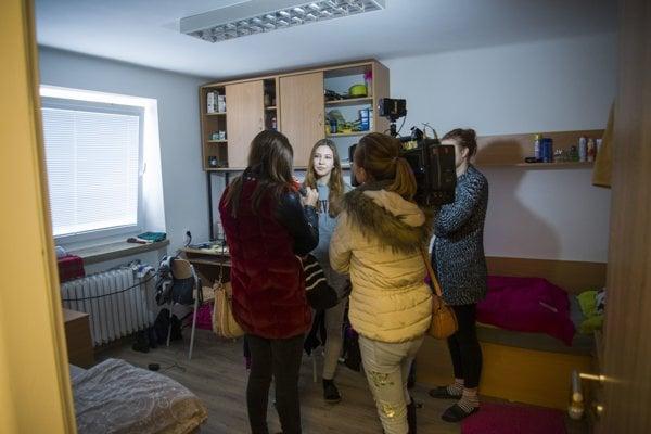 Študentka v zrekonštruovanej izbe Študentského domova Mladá garda.