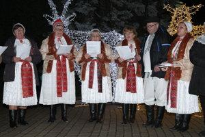 Žilinu v stredu podvečer potešili členovia FS Straník a Živeny známymi vianočnými pesničkami.