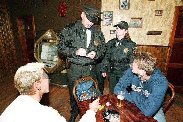 Na mladistvých v baroch si posvietia policajti aj sociálka.