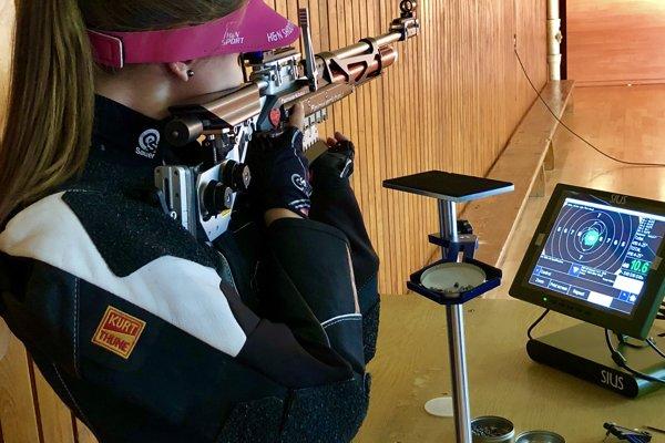 Kamila Novotná na tréningu na elektronické terčové zariadenie SIUS. Klub v tomto roku kúpil tri také zariadenia. Zásahy sa zobrazia na obrazovke s hodnotou na desatiny bodu.
