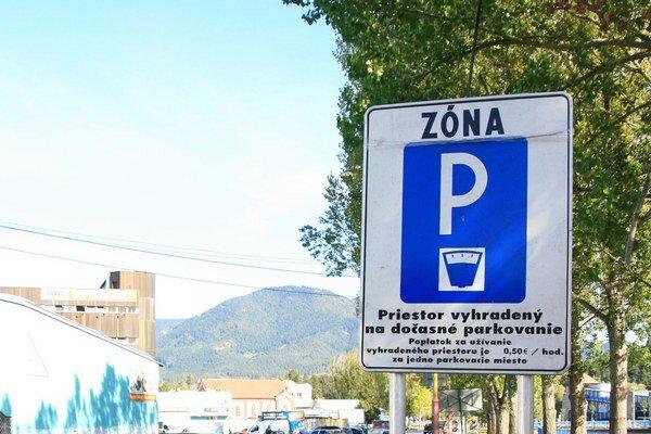 Parkovací lístok si musia vodiči dávať za sklo aj v sobotu dopoludnia.