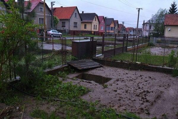 Bahnom zanesený dvor pri jednom z domov po podvečernej prívalovej povodni v obci Važec.