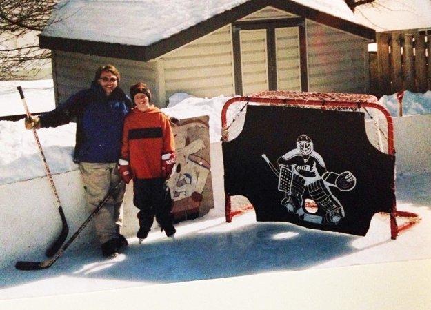 Fotografia z rodinného archívu Kerbashianovcov. Otec Tim vybu- doval malému Kaleovi klzisko priamo pri dome.
