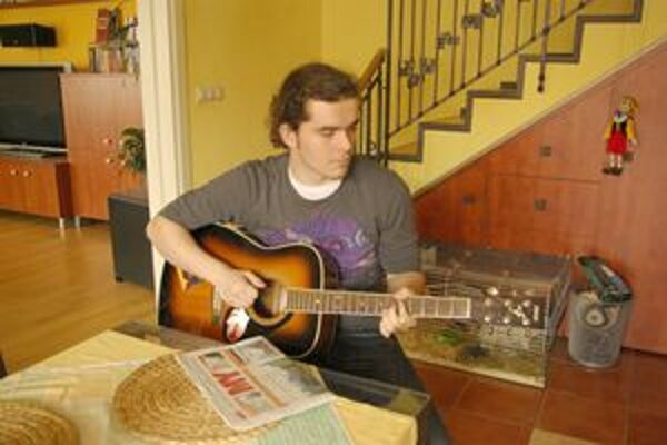 Ivo nám po vyplatení výhry zahral na gitare.