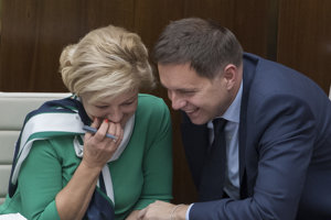 Na snímke vľavo ministerka kultúry SR Ľubica Laššáková a vpravo minister financií SR Peter Kažimír