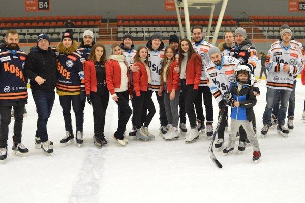 Košickí hokejisti potešili fanúšikov spoločným korčuľovaním.
