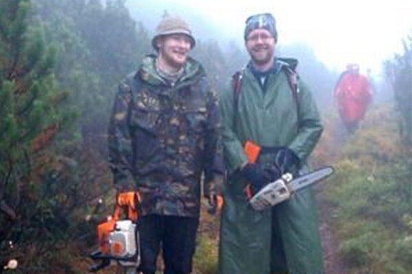 Usilovným dobrovoľníkom sa podarilo vyčistiť zarastené úseky hrebeňového chodníka Nízkych Tatier.