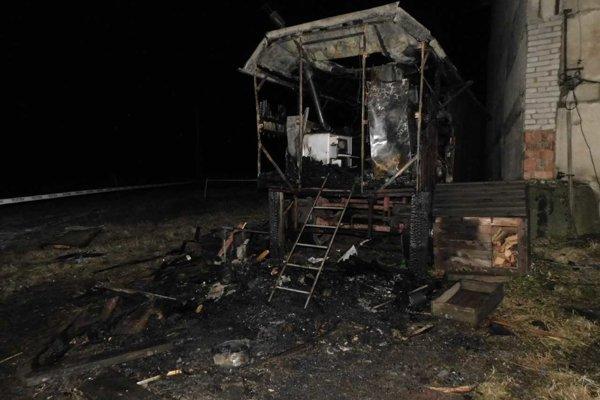 Po požiari z maringotky veľa nezostalo.