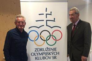 Marián Kapusta (vľavo) s predsedom Združenia olympijských klubov Ivanom Čiernym po prijatí OK Tríbeč Topoľčany.