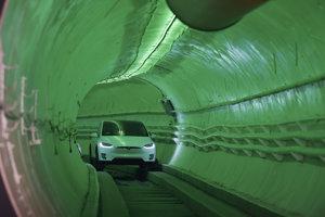Elon Musk v elektromobile Tesla Model X počas predstavenia testovacieho tunela.