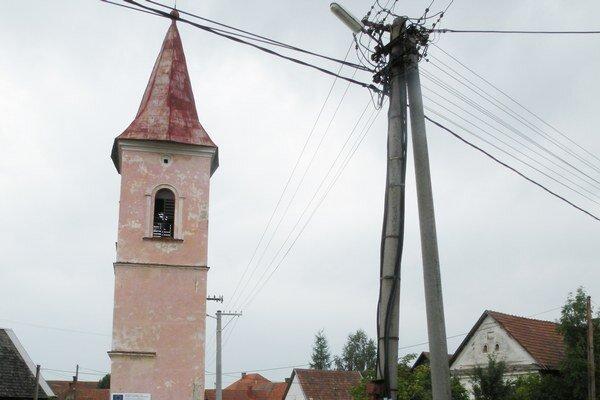 Pred časom sa firmy báli okolo zvonice postaviť lešenie pre konzolu s elektrickým vedením priamo na nej.