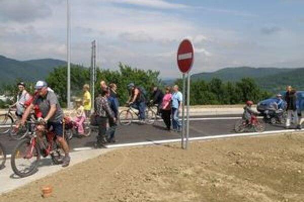 Prechádzku po diaľnici si nenechali ujsť chodci, ani cyklisti či korčuliari.