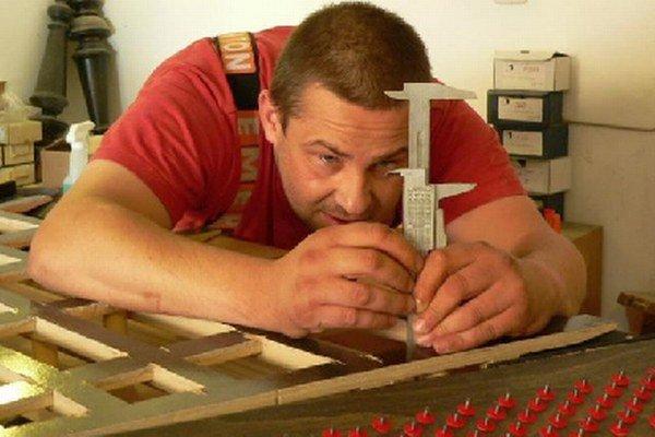 Stavba nového nástroja vyžaduje sústredenie atrpezlivosť.