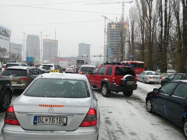 Vodiči v hlavnom meste jazdia opatrne, cesty sa šmýkajú.