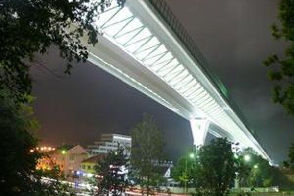 Osvetlený diaľničný most nad mestom je pre domácich zatiaľ atrakciou.