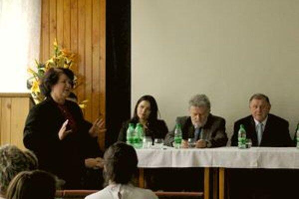 Zo stretnutia v nemocnici. Okrem predsedu samosprávneho kraja prišiel aj Vladimír Mečiar a iní predstavitelia ĽS-HZDS z okresu. Vľavo námestníčka nemocnice Amália Ondičová.