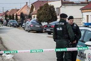 26. februára.Policajti a kriminalisti v obci Veľká Mača pri Galante, pri dome, kde polícia krátko pred polnocou našla v rodinnom dome zastreleného novinára Jána Kuciaka a jeho priateľku.